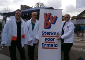 Hugo Weidema, Daniëlle Terpstra en Désirée Meijsen tijdens de verkiezingsmarkt - Foto: Jeanne Dijkstra
