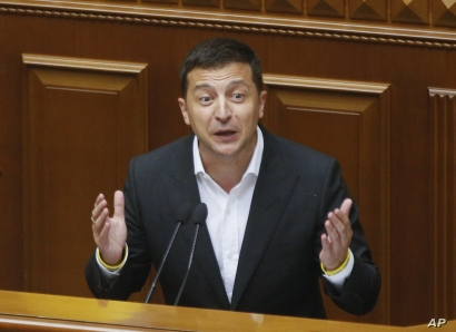 Ukrainian President Volodymyr Zelenskiy speaks to newly elected Ukrainian parliament deputies during parliament session in Kyiv, Aug. 29, 2019.