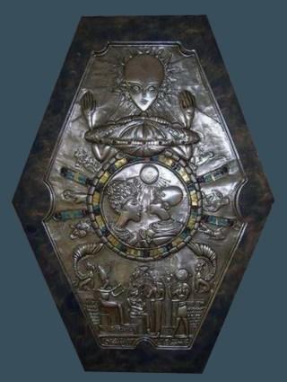 【ヤバイ】エジプトの墓で見つかった古いメダリオンになんと!?