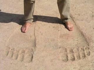アヌンナキの印?アインダラの巨大な足跡を見る