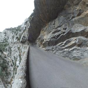 La route à travers les Gorges de Galamus
