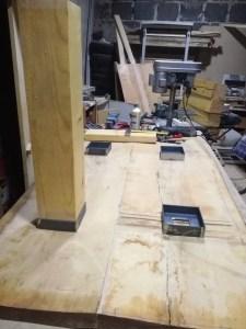 Masivní stůl s kovovými nohami