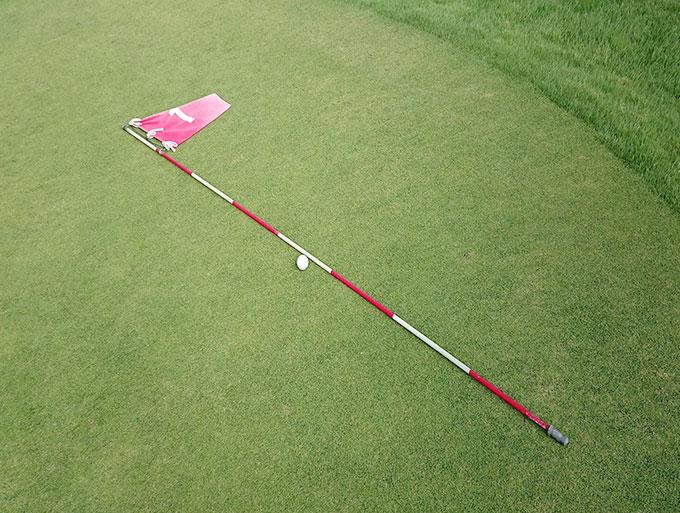 今月のゴルフクイズ 「抜いてある旗竿にボールがあたる」