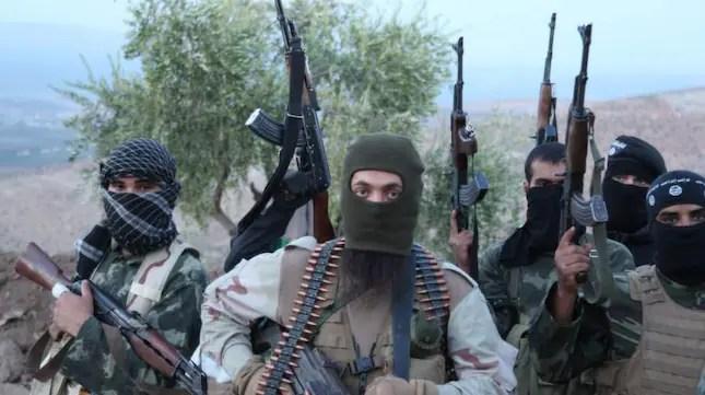 IS-soldater poserar med vapen i Syrien. Foto: Medyan Dairieh