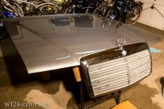 Die aufbereitete W124 Haube samt Grill glänzt wieder...
