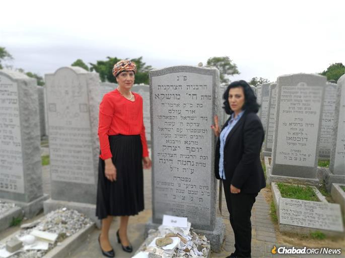 Shuli Mualem-Refaeli et Nurit Koren au lieu de repos de Rebbetzin Chaya Mushka Schneerson, de la mémoire juste.