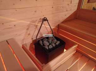 Sauna mit Zwischenpodest und indirekter Beleuchtung. Saunaofen EOS Thermotec.