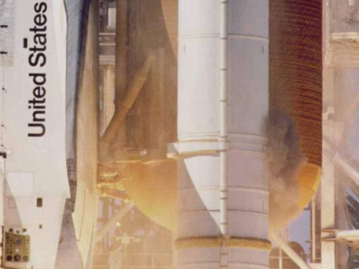sts-51-l_grey_smoke_on_srb