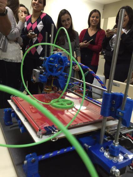 A impressora azul, pronta, em demonstração