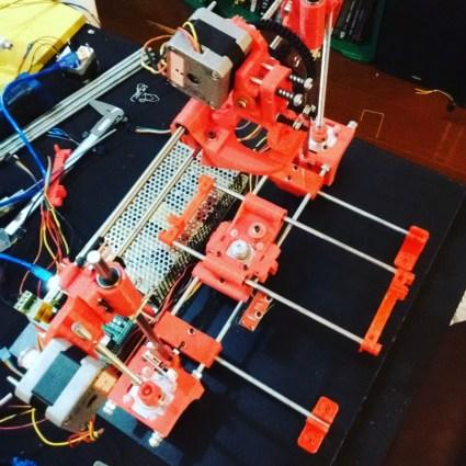 A impressora vermelha, quase pronta