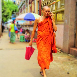 Monje en las calles de Yangon. A monk in the streets of Yangon.