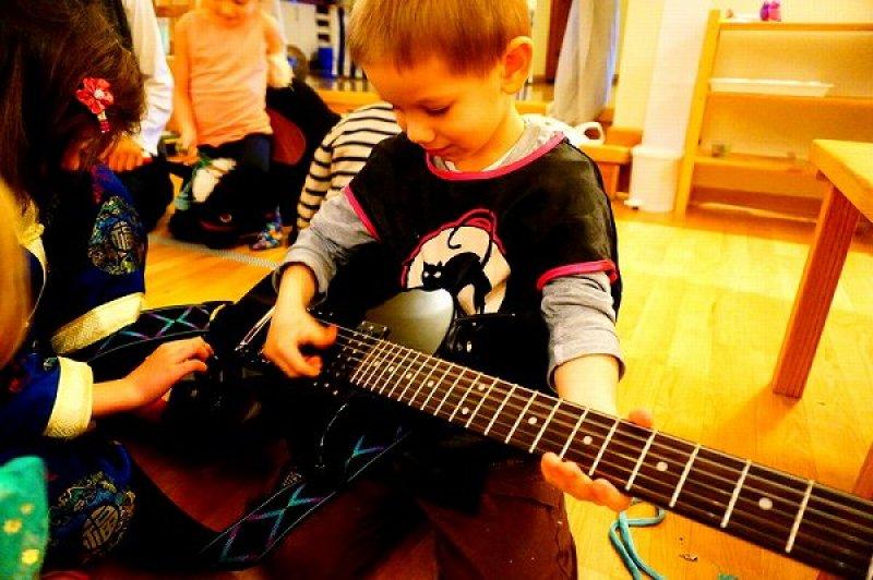 子供 ギター ポーランド 仕事