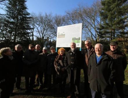 Vertreter der Bürgerscahft und Politik haben das Brehm-Schild eingeweiht.