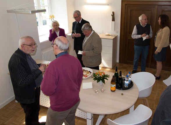 Das Pfarrbüro St. Ludgerus erstrahlt nach wochenlangen Umbauarbeiten in neuem Glanz. Propst Schmidt segnete am Freitag im Beisein etlicher Gäste den neuen Raum, der sich lichter und offener präsentiert.