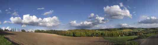 """Bewölkt ist nicht gleich """" bewölkt """" : Kein prosaischer Wetterbericht vermag es, auch die poetische Ästhetik eines Wetters vorher zu sagen. Das bewölkte und windige Wochenend-April-Wetter verwandelte aber die Heidhauser Höhen in ein Wunderland-Gemisch aus Arizona und Toskana: lichtvolle, klare Landschaftsweiten mit großartiger Bewölkung am Horizont. Der Blick konnte von """" cloud """" zu """" cloud """" wandern und - wer genau hin hörte - vernahm das streaming der letzten Prince-Musik, die den Wolken-Aggregatzustand dazu nutzte, um zum großen außerirdischen Orchester zu gelangen. Wenn der Gang durch die Wolken immer mit so viel Schönheit verbunden wäre, dann könnte man ihm doch eigentlich ganz getrost entgegen sehen. Aber das kann ja auch wieder kein Wetterbericht vorher sagen: mit einer prosaischen Mission lässt sich eben keine Poesie schaffen. Text und Foto: Georg Schreiber"""