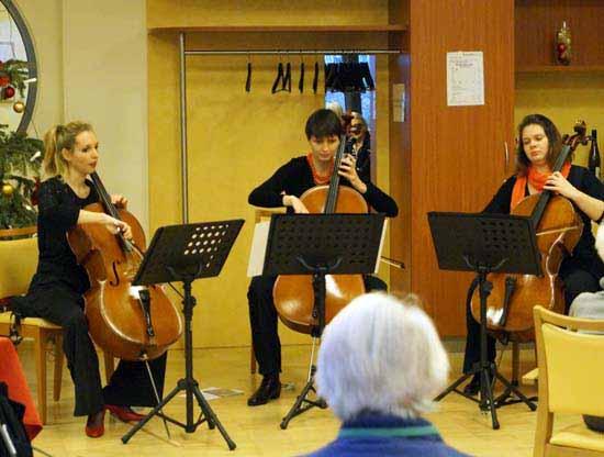 Das Trio Cellissimo spielt im Paul-Hanning-Heim