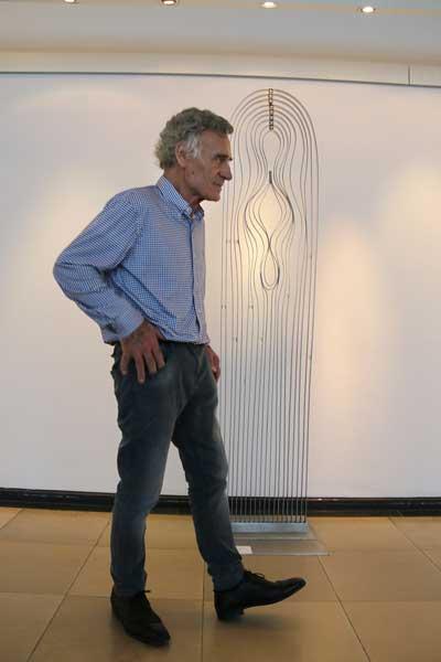 Volkmar Goymann stellt im Landgericht Leichtes aus Stahl aus.