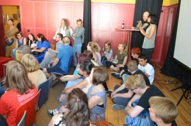 Im Saal des Jubb Werden kamen alle Teilnehmer zusammen, um den Videofilm zu sehen, der während der Woche entstanden ist.