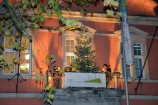 Weihnachtsbaum auf dem Rathausbalkon.