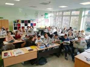 GEW-Schüler-der-Klasse-8d-lesen-Tageszeitung