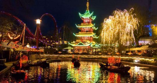 Tivoli Gardens pe timpul noptii.