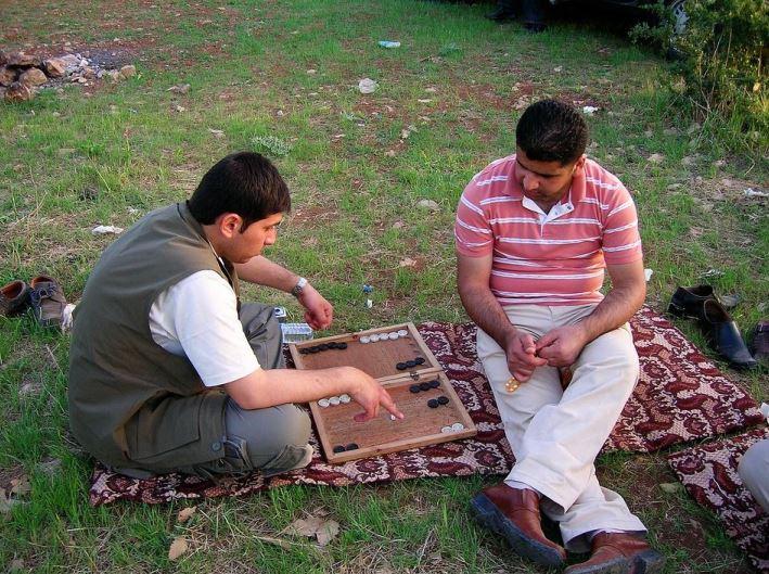 Tineri practicand jocul de table