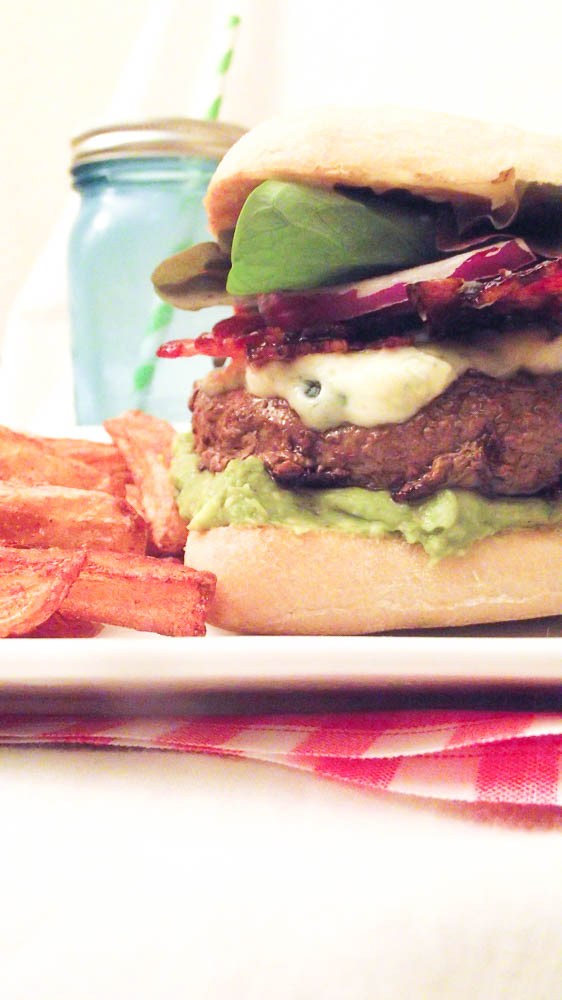 Le burger nomade au guacamole, Bleu, bacon caramélisé & mayonnaise au sirop d'érable