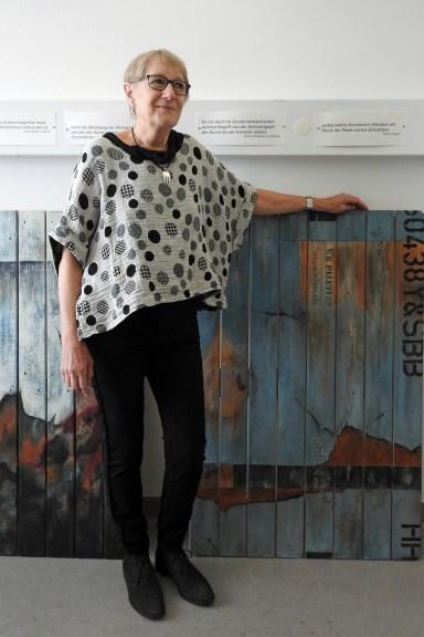 Heidi Honegger, Altendorf, bemalt auch Holzpalette der SBB.