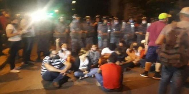 """اعتصام """"الداخلية"""" مستمر.. وتحرّكات في المناطق تضامناً مع متظاهري بيروت"""