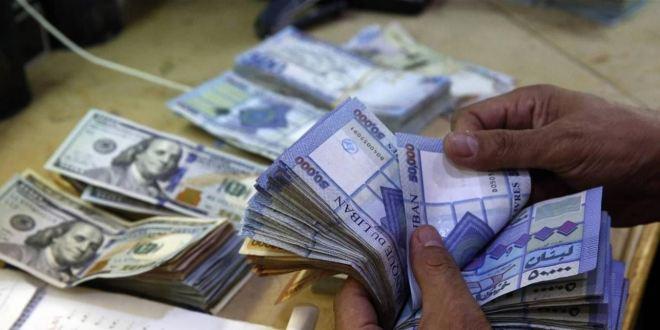 """دولار السوق السوداء يواصل ارتفاعه.. و""""تجار العملة الخضراء"""" يتنقلون بالأسواق """"على عينك يا تاجر""""!"""