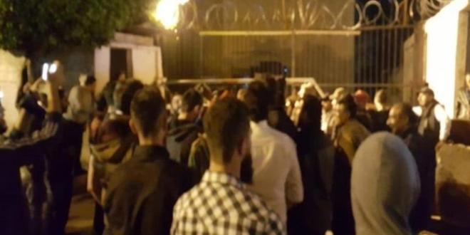 متظاهرون يحاولون اقتحام سرايا طرابلس والقوى الأمنية تتدخل (فيديو)