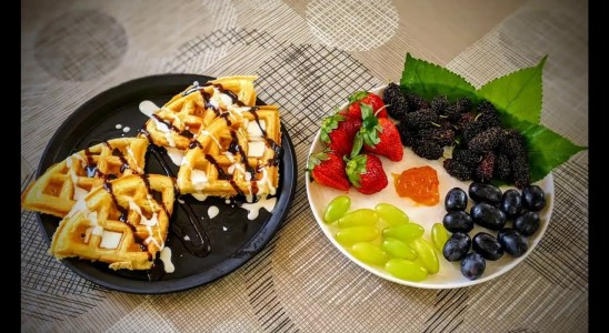 Make Easy & Healthy Belgian Waffles Recipe at Home | Fluffy egg-less Waffles topped with berries!