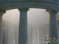 On regarde la fontaine.