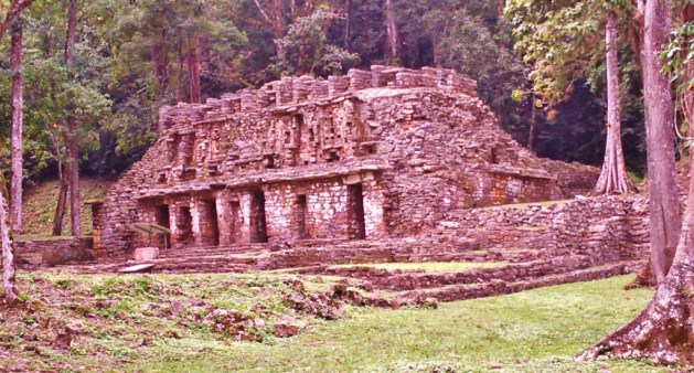 one of the most impressive mayan sites deep inside the jungle: Yaxchilan
