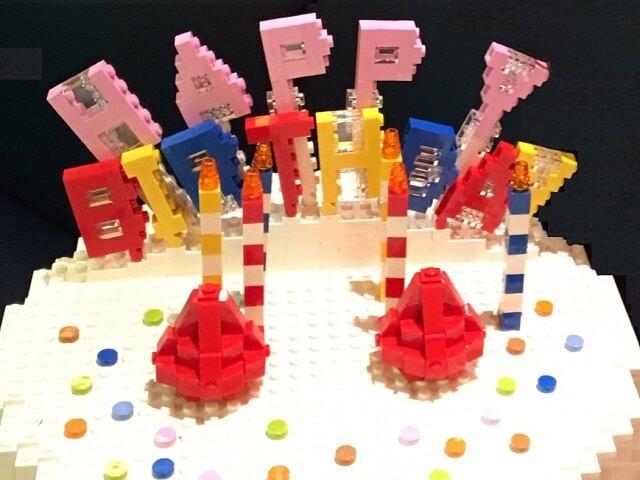 レゴブロックで作られたバースディケーキ