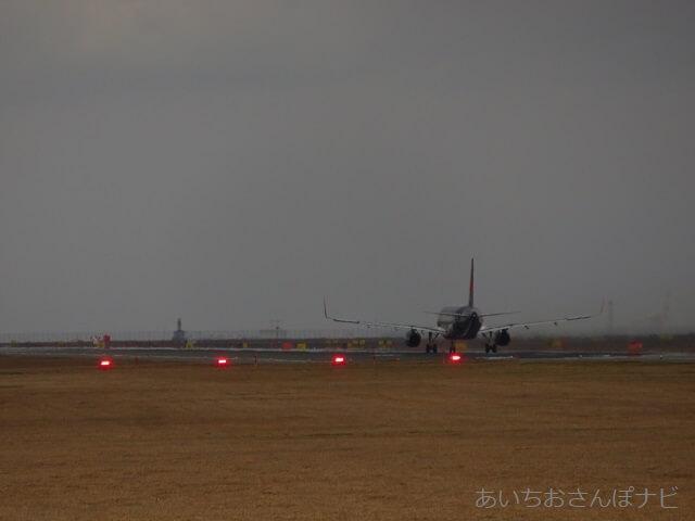 中部国際空港セントレア滑走路見学ツアー、着陸機と進入角指示灯