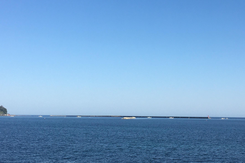 今朝の輪島市は快晴、輪島港から出港する船