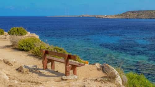 Ławka i widok na morze na Cyprze