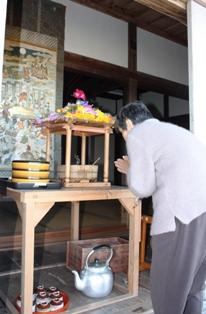 色鮮やかな花御堂の中のお釈迦さまにお参りします