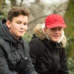 Twee jongens in het park van drachten, straatfotografie door Jeffrey Wakanno