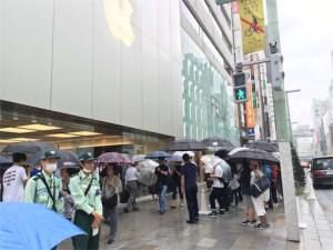 iphone7発売日当日、銀座店前。当日在庫を求める列です。