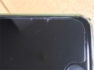 iPhone7のガラスフィルム、少しヒビ割れです