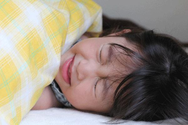 寝込む女の子の写真