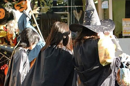 ハロウィンの仮装をしている後姿の画像