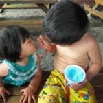 かき氷をおいしそうに食べる兄弟