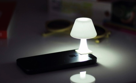 iPhoneのLEDライト(懐中電灯)をおしゃれな照明にしてくれるデスクライト