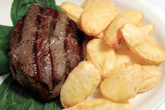 ステーキとフライドポテト