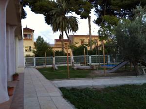 Edificio de Segundo ciclo de Infantil visto desde el jardín del primer ciclo de Infantil.