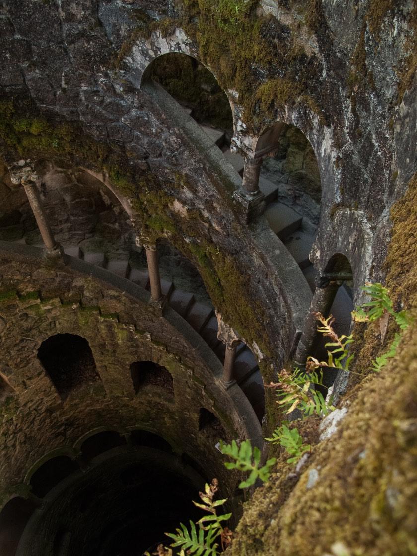 Brunnen im Garten der Quinta Regaleira | Waldspaziergang.org