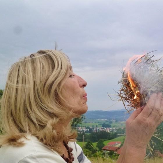 Susanne Fischer-Rizzi entzündet ein Feuer